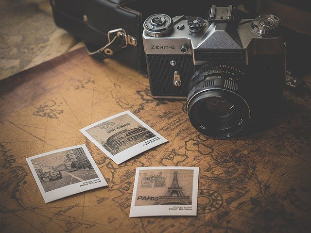 A photo camera and three pictures on a map.