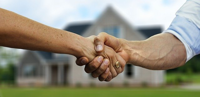 A man shaking hands and buying a property in Idaho as an expat.