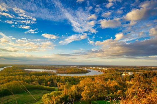 An image of the Mississippi River near some green trees, read about important factors to consider before expanding your business to Mississippi